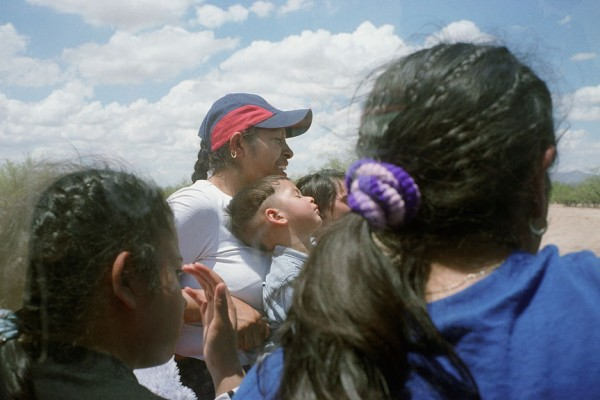 Mujeres y 3 niños, quienes habían sido abandonados por los coyotes, atrás el Grupo Beta- la Patrulla Fronteriza Mexicana para la Protección de los Migrantes, su camión volviendo a Sasabe, Sonora, México (Estamos Buscando A), 2004. © Paul Turounet, 2012. Exclusive permission and use courtesy of Paul Turounet – http://paulturounet.com