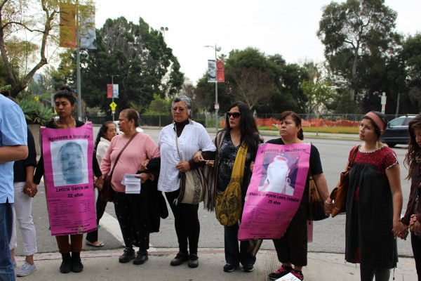 Protesters outside the Consulate in Los Angeles and Mexico demanding government response to the disappearance of persons in that country. Photo: Jéssica Castellanos / El Nuevo Sol.